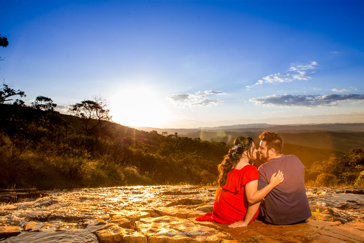 Escolhida como capa, esta linda fotografia colorida feita pelo fotografo de casamentos de Bsb, na beira da cachoeira no Paraíso na Terra o casal se enamora.