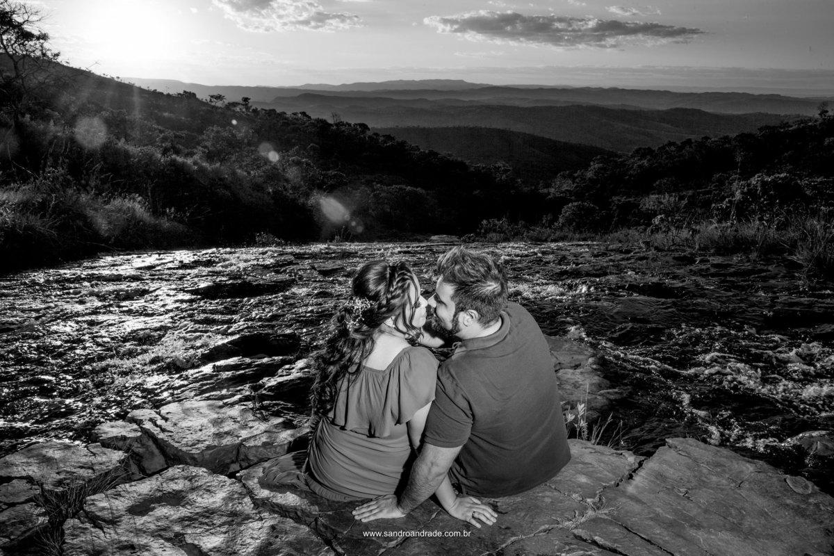 Um beijo apaixonado, em uma fotografia preto e branco.