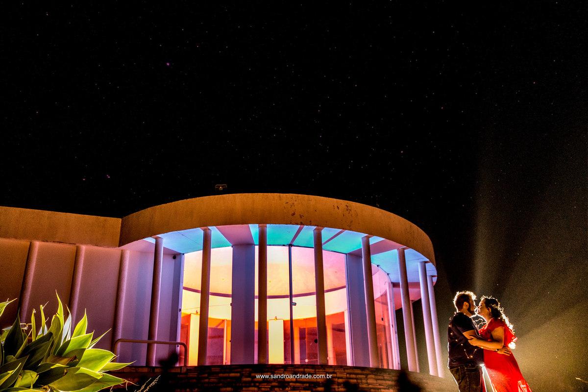 Beijo apaixonado, céu estrelado, arquitetura e cores, tudo que Sandro Andrade gosta, uma fotografia completa, feita por esse artista maravilhoso especializado em fotografar casamentos em Brasilia-DF.