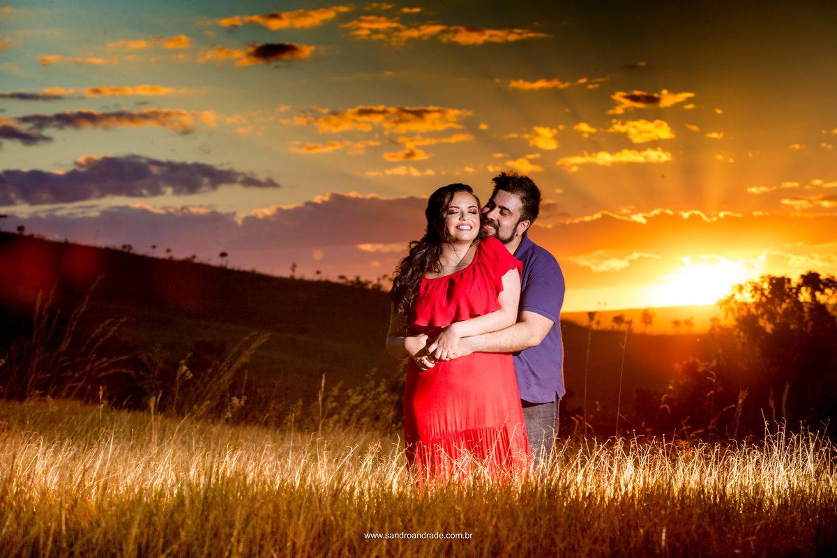 Apaixonados, cerrado, por do sol, raios de luz, abraço apertado...fotografia colorida linda.