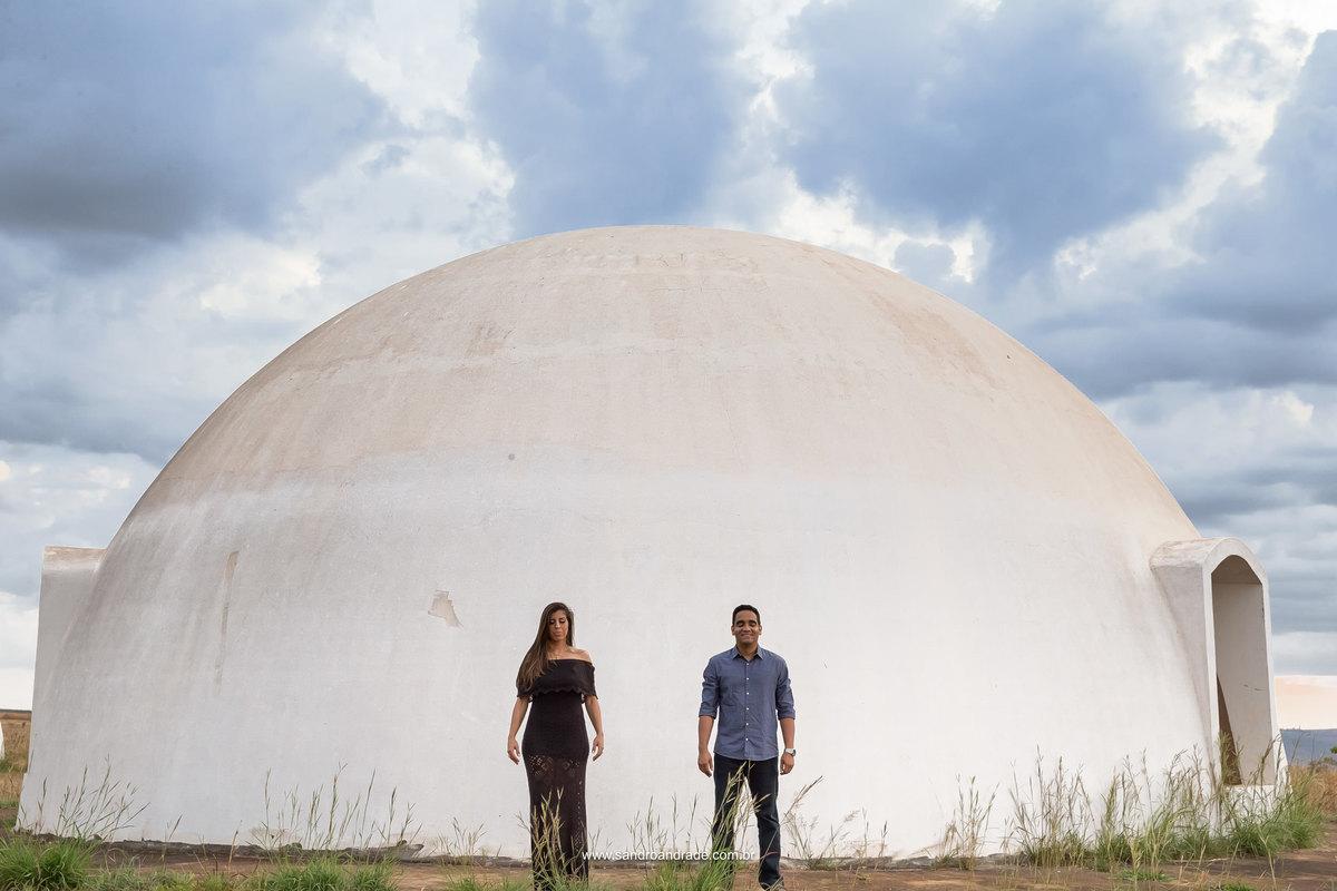 Simplicidade em um cick, um casal apaixonado e arquitetura do local.