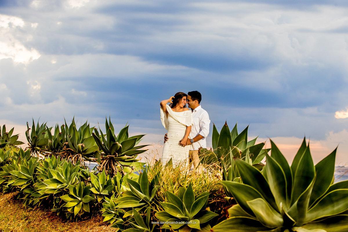 O verde no cerrado, em plena época de seca, um céu azul depois da chuva e eles totalmente enamorados.