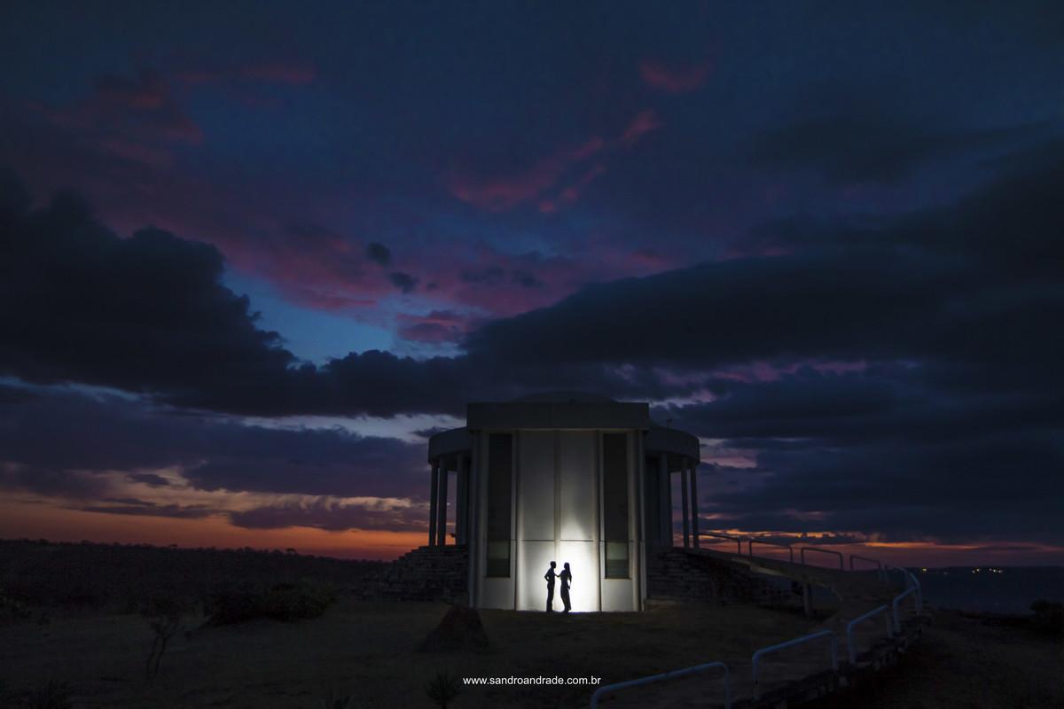 Já estávamos indo embora, quando olhei para esta linda obra de arte de DEUS, céu lindo em tons de azul, laranja, roxo, dramático, cheio de nuvens, chamei o casal e em um lindo contraluz, compondo com a arquitetura do templo do Paraíso na Terra.