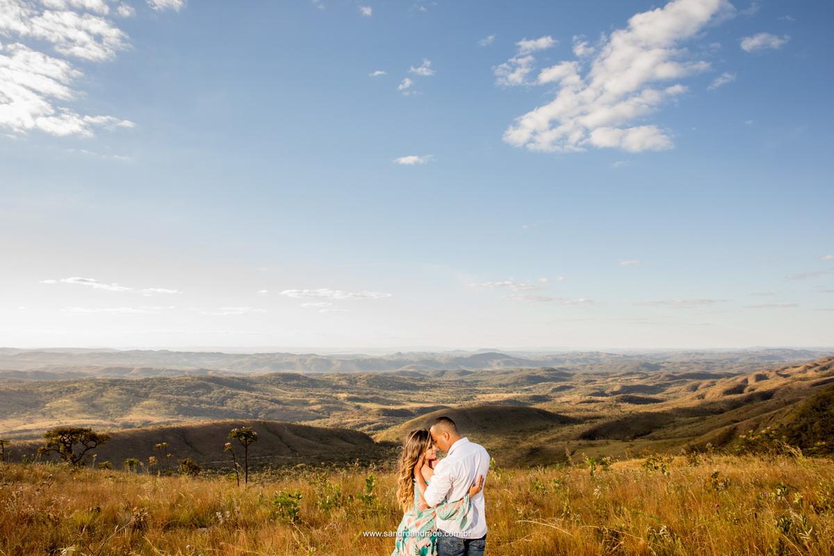 Em meio ao cerrado, muito amor e gestos de carinho, uma linda fotografia colorida e e um visual de tirar o fôlego.