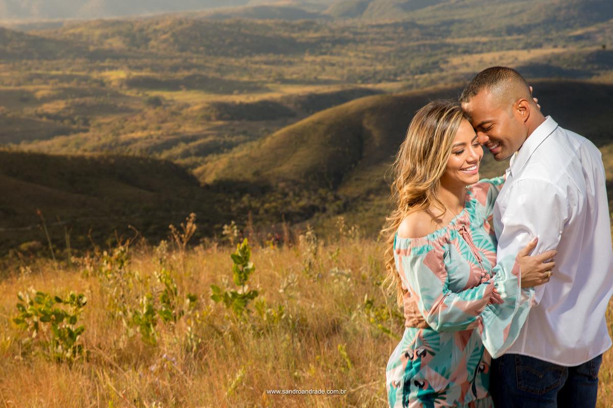 Retrato dos noivos com a paisagem queimada do cerrado seco do Distrito Federal.