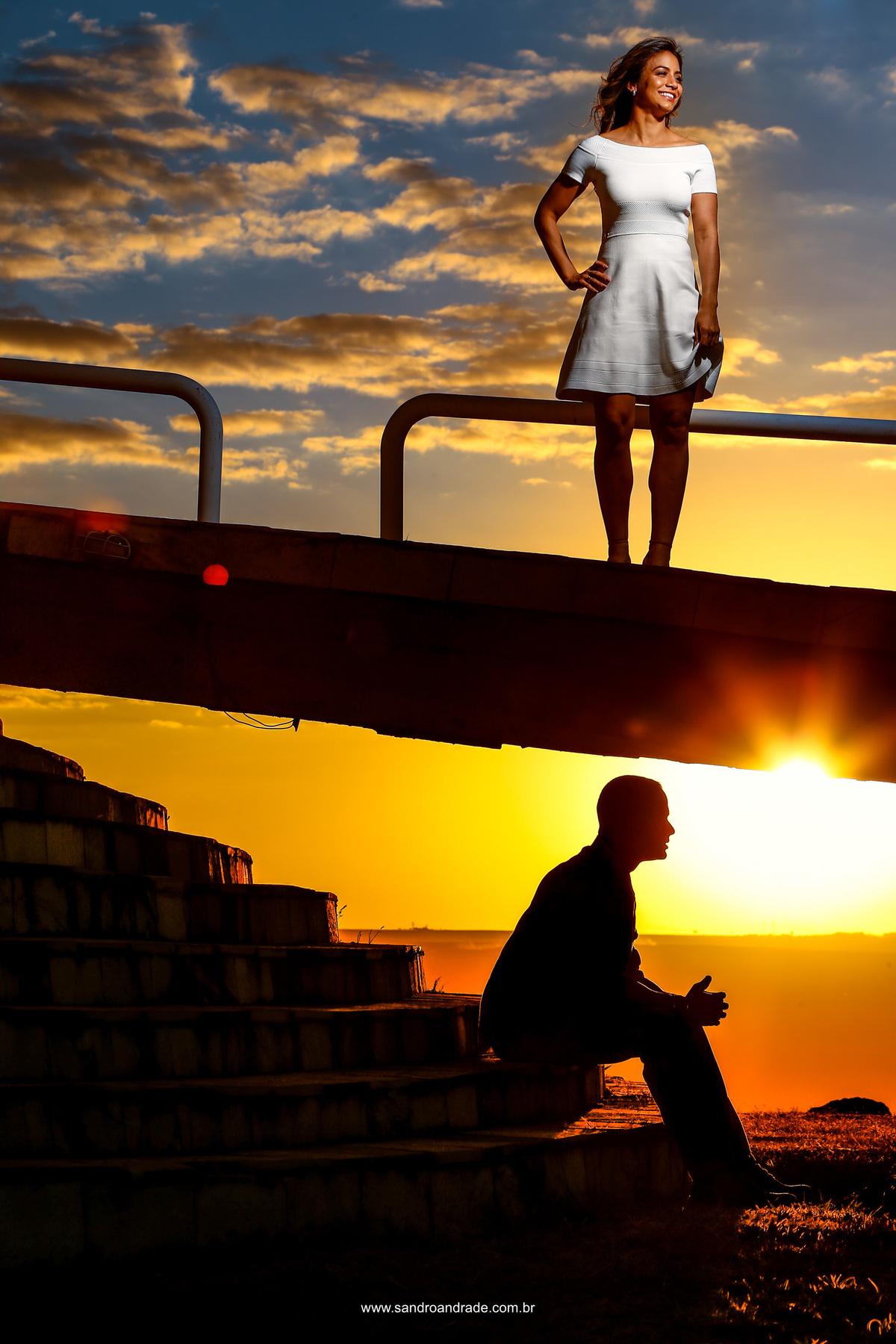 Sempre fazendo uma fotografia linda e cheia de técnicas, Sandro fotografo do df. Nesta fotografia tem um céu lindo, por do sol maravilhoso, uma noiva linda com tecnicas de luz e  o noivo bombeiro militar em baixo da rampa do Paraíso na Terra em silhueta.
