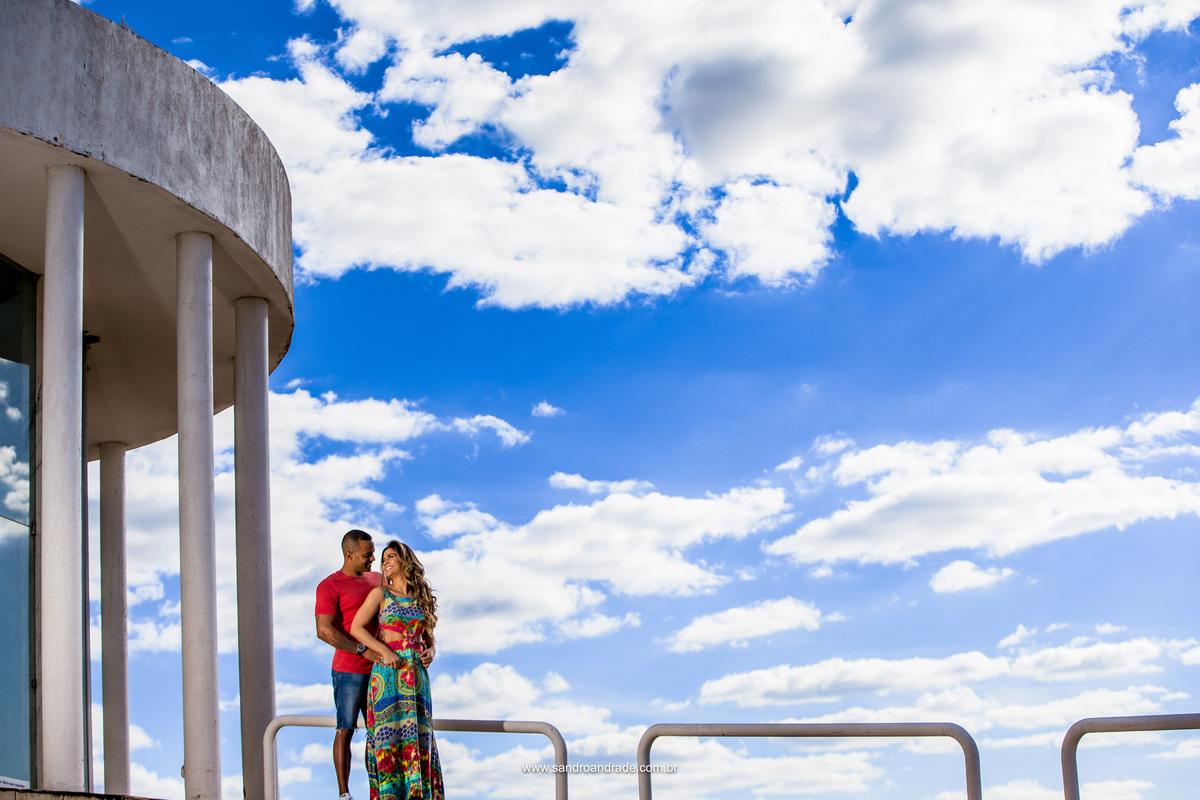Ensaio Rayanne e Ayrton no Paraíso na Terra - Brazlândia - DF, céu azul e um pequeno detalhe da arquitetura deste belíssimo local.