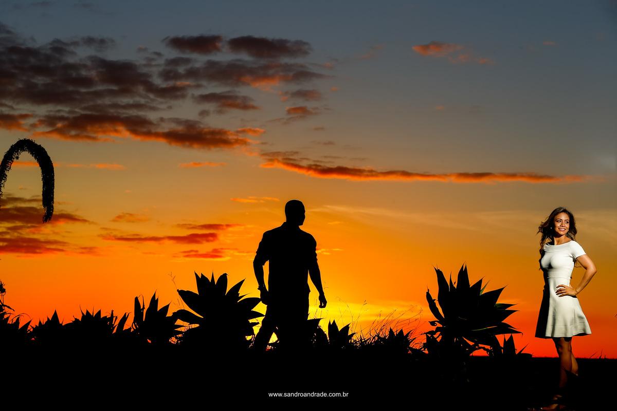 Mais uma vez Sandro usando técnicas maravilhosas em suas fotos, para não ser repetitiva, o céu sem comentário e a noiva nem se fala, luz e sombras, detalhes, silhueta e foco, simplesmente foto perfeita.