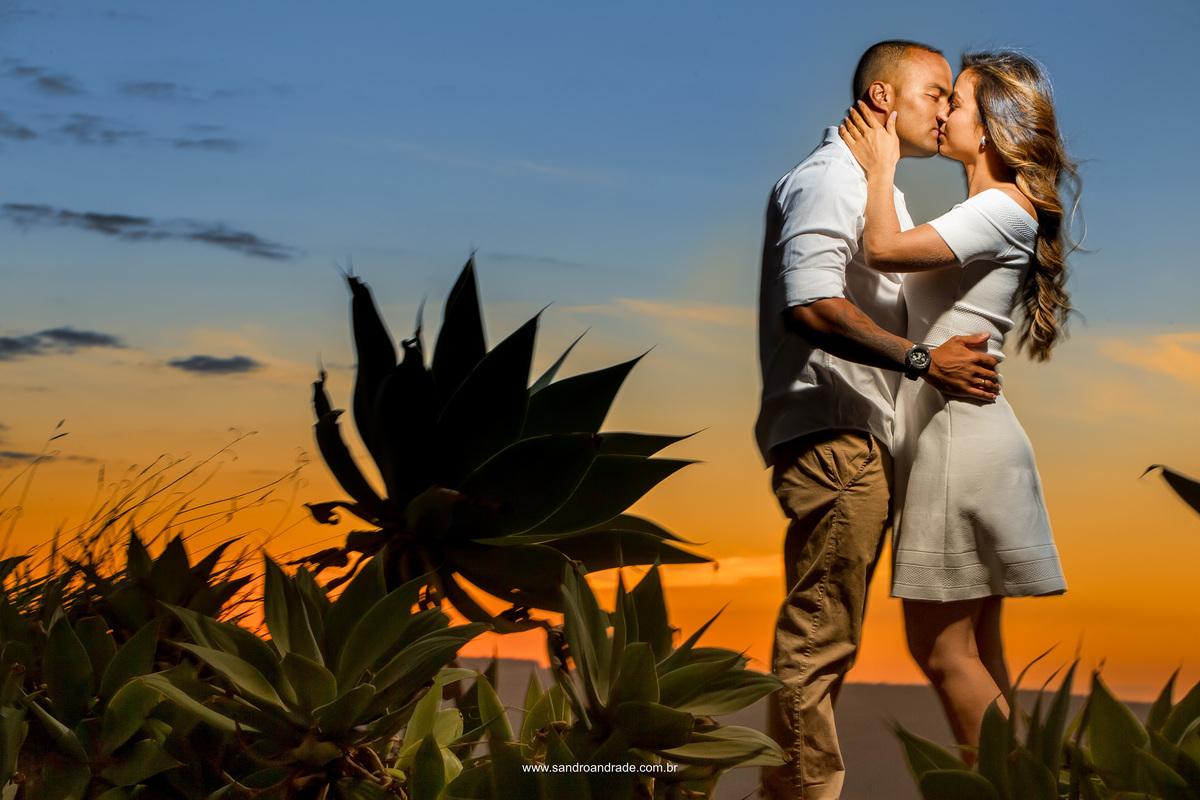 Com um beijo apaixonado encerramos o ensaio deste maravilhoso casal, apaixonados e felizes. Por Sandro Andrade fotografia, fotografo de casamentos premiado.