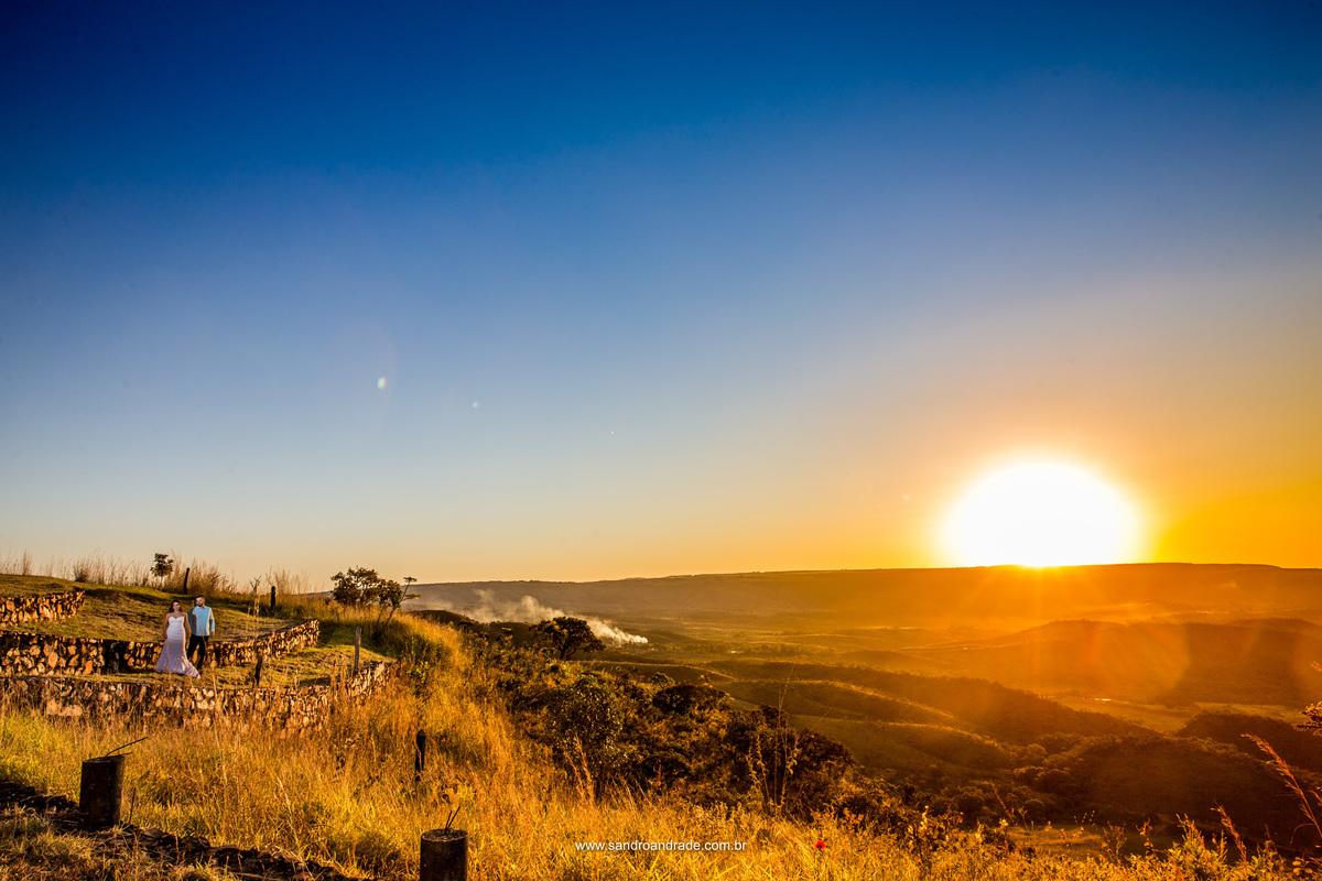 Um lindo por do sol, obra do nosso grandioso DEUS ao fundo destas montanhas do Serrado e uma vida a dois se inciando, está chegando o grande dia e estamos quase finalizando nosso ensaio, com esta imagem colorida cheia das mãos de DEUS.