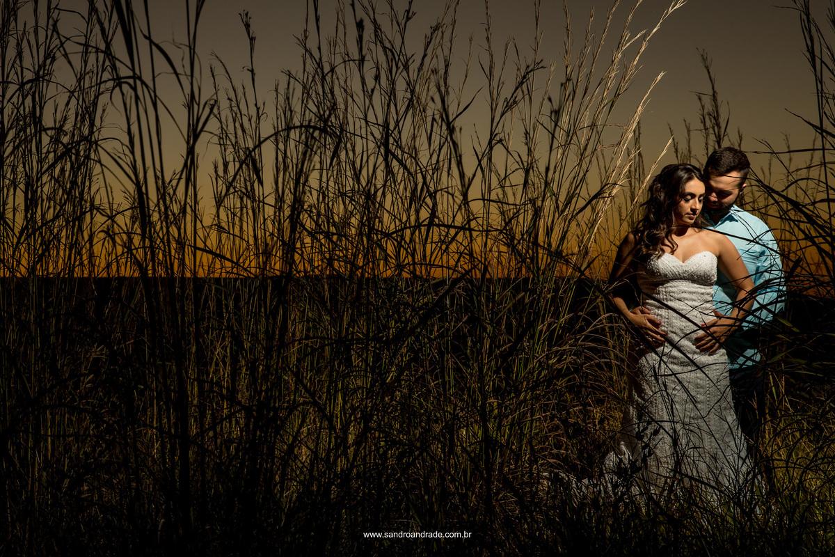 No meio do mato, agarradinho e com uma linda luz cheia de criatividade do fotografo premiado Sandro Andrade, o mestre da luz artificial em fotografia de casamento e um lindo momento do casal.