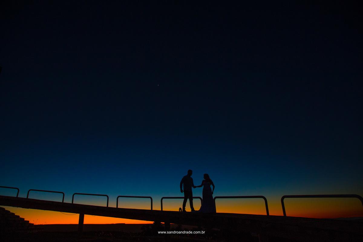 Agora os extremos...Sandro Andrade um mestre da fotografia no Brasil, demonstrando parte de sua técnica, fotografia pronta na hora, o céu antes amarelo e laranja, com tons de vermelho, agora fica bem azul e finalzinho laranja nesta bela silhueta do casal.