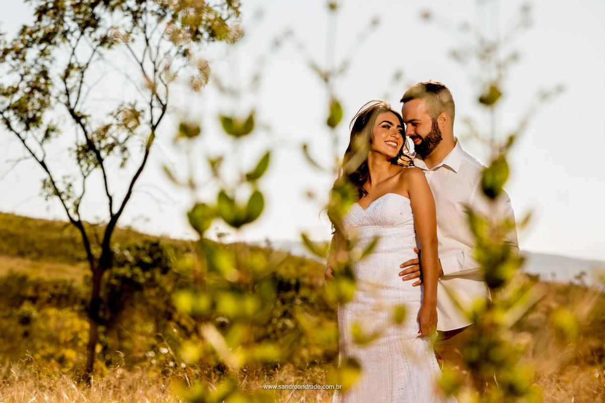 Quem nunca fez uma fotografia de com arvores secas e folhas verdes ao chão? esta fotografia é simples, com luz natural, o casal se olha e sorri com ternura.