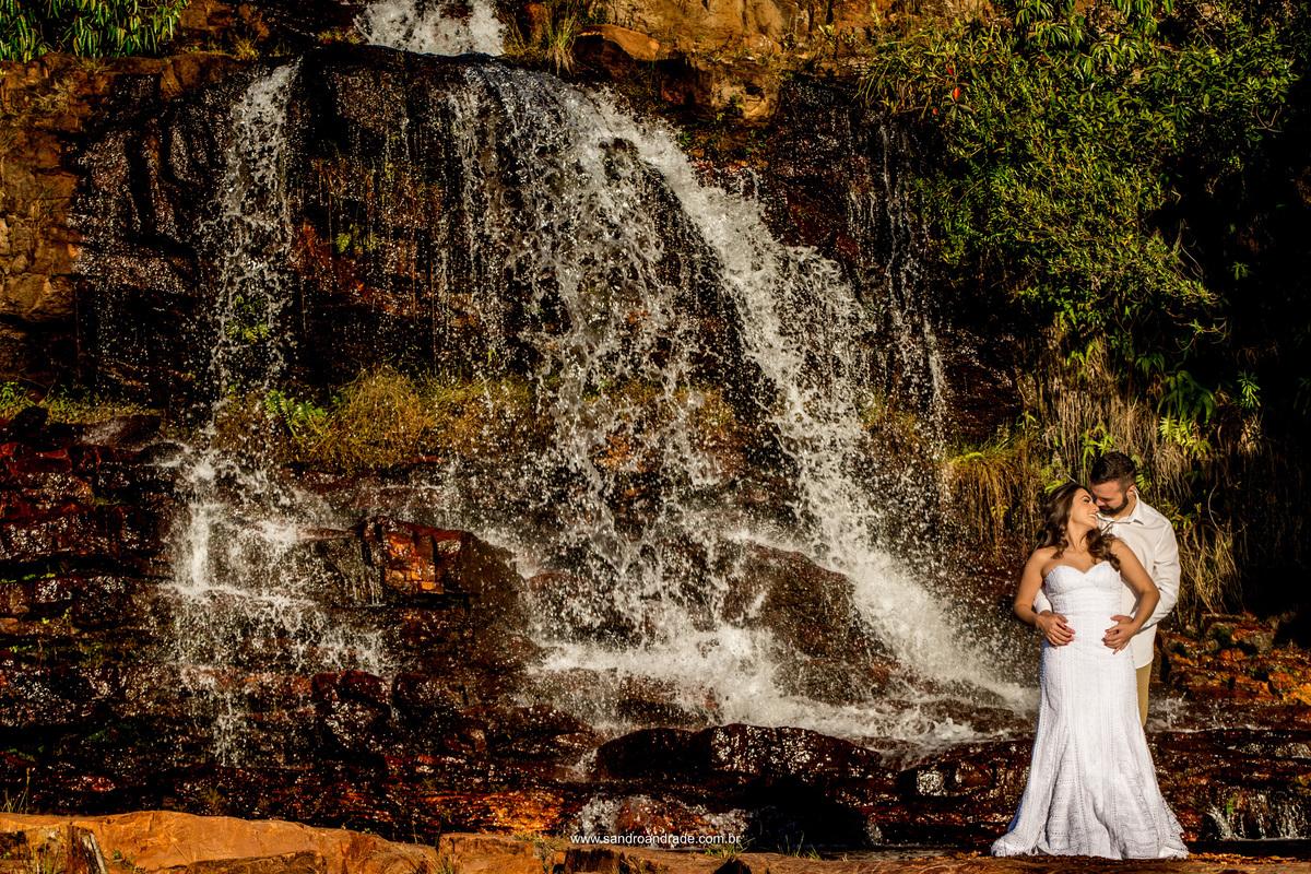 Nas cachoeiras do Paraíso, o casal apaixonado se olham e dizem coisas de amor.