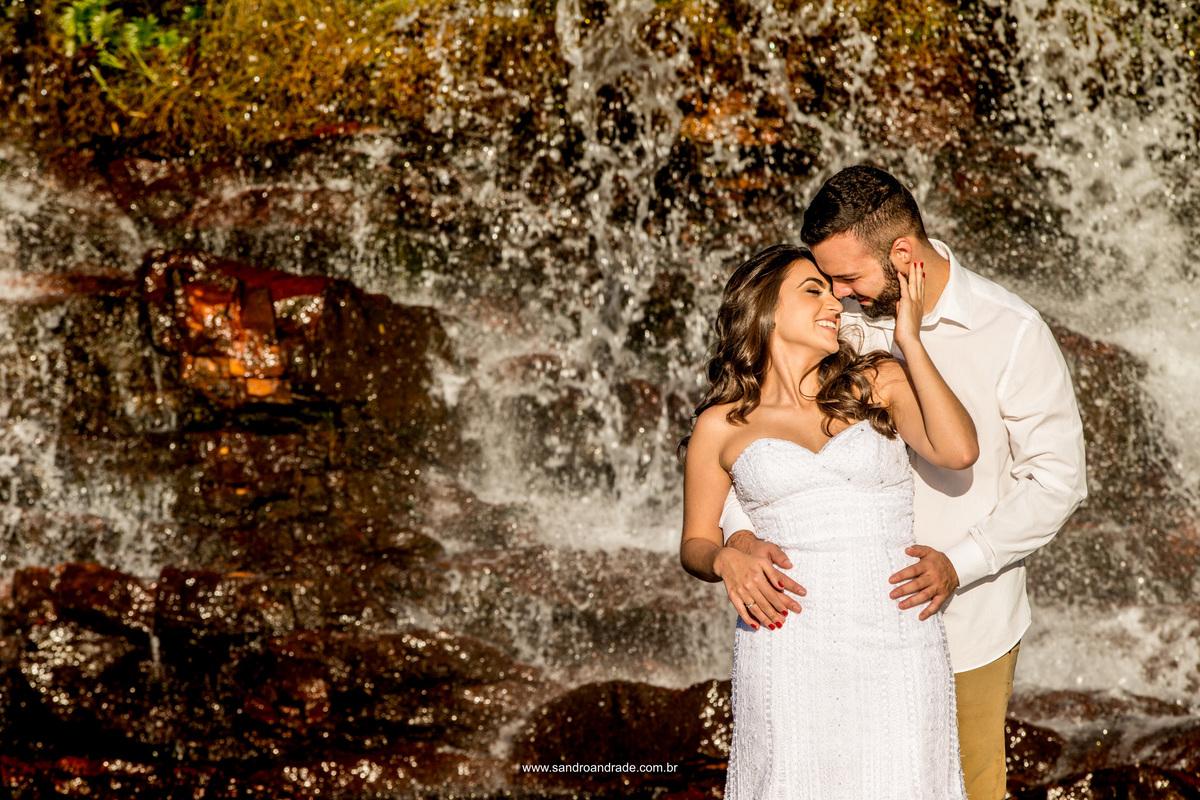 Bruna e Bruno em um lindo momento a dois na cachoeira do Paraíso na Terra, local escolhido por eles para ser o cenário deste momento único.