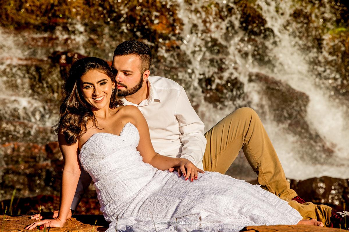 Casal em um lindo retrato com muita queda dàgua ao fundo e um lindo sorriso da noiva e seus belissimos olhos verdes.