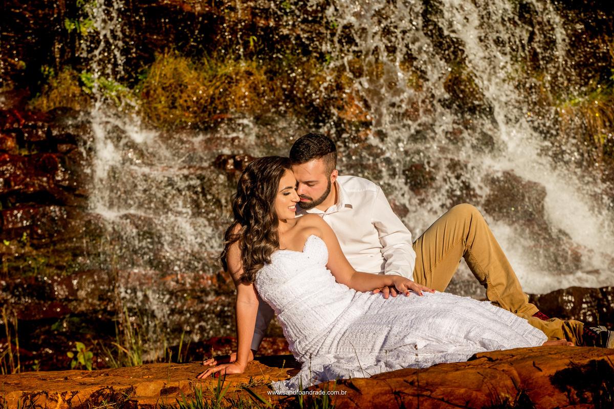Imagem apaixonada, sentados na cachoeira eles curtem um momento de amor.