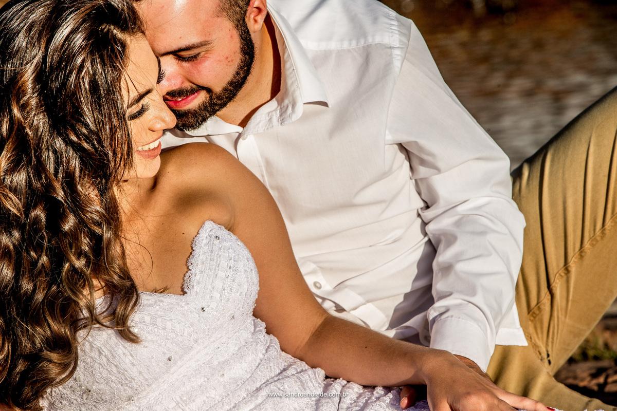 Lindos cabelos e sedosos, sorrisos apaixonados e um retrato colorido do casal, linda fotografia colorida.