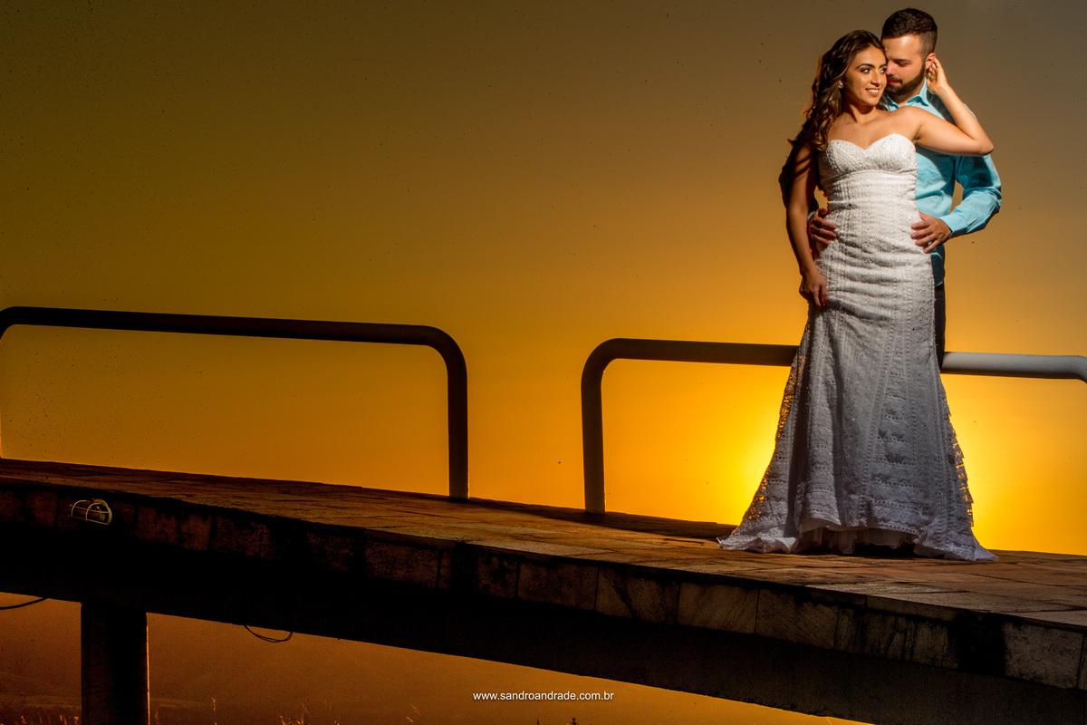 Em seus braços ela envolve seu amado noivo, em um lindo por do sol como testemunha deste amor.