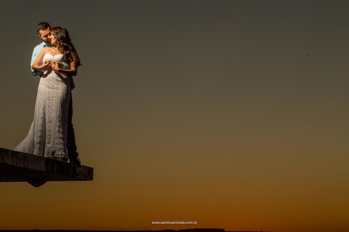 No céu e em um pedacinho de laje, quase suspensos no ar... eles trocam momentos de amor e carinho, neste final de tarde com o céu ainda amarelinho e cinza.