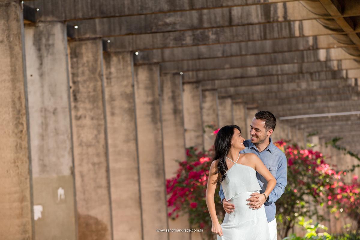 Um olhar apaixonado e sorrisos irradiantes, Camila e Humberto posam para o fotografo premiado Sandro Andrade, fotografo criativo que busca sempre pela arquitetura e uma fotografia única cheia de criatividade e uma composição perfeita.