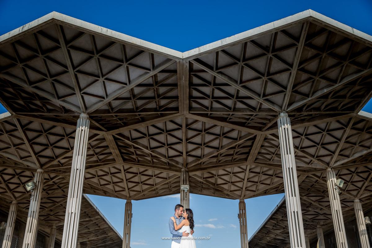 O ensaio deste lindo casal, se passou dentro da UNB, uma arquitetura maravilhosa junto esta linda historia de amor.