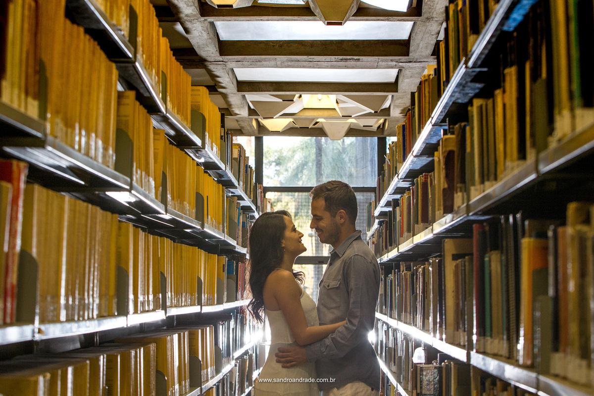 Relembrar momentos tão marcantes desta caminhada faz com que o casal troque olhares e sorrisos no meio da biblioteca da famosa UNB.
