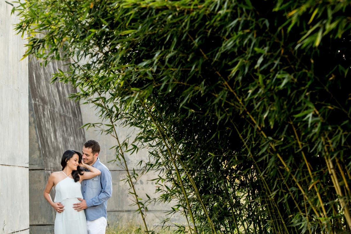 Bambu para quem te quero...Camila e Humberto em uma linda foto colorida em meio ao verde e paredes marcadas pelo tempo.