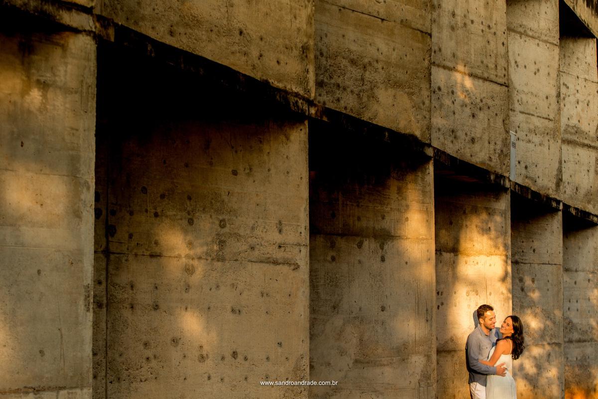Apaixonados é o que transmite esse casal, arquitetura e amor, uma mistura perfeita sob as lentes de Sandro Andrade fotografo de Bsb.