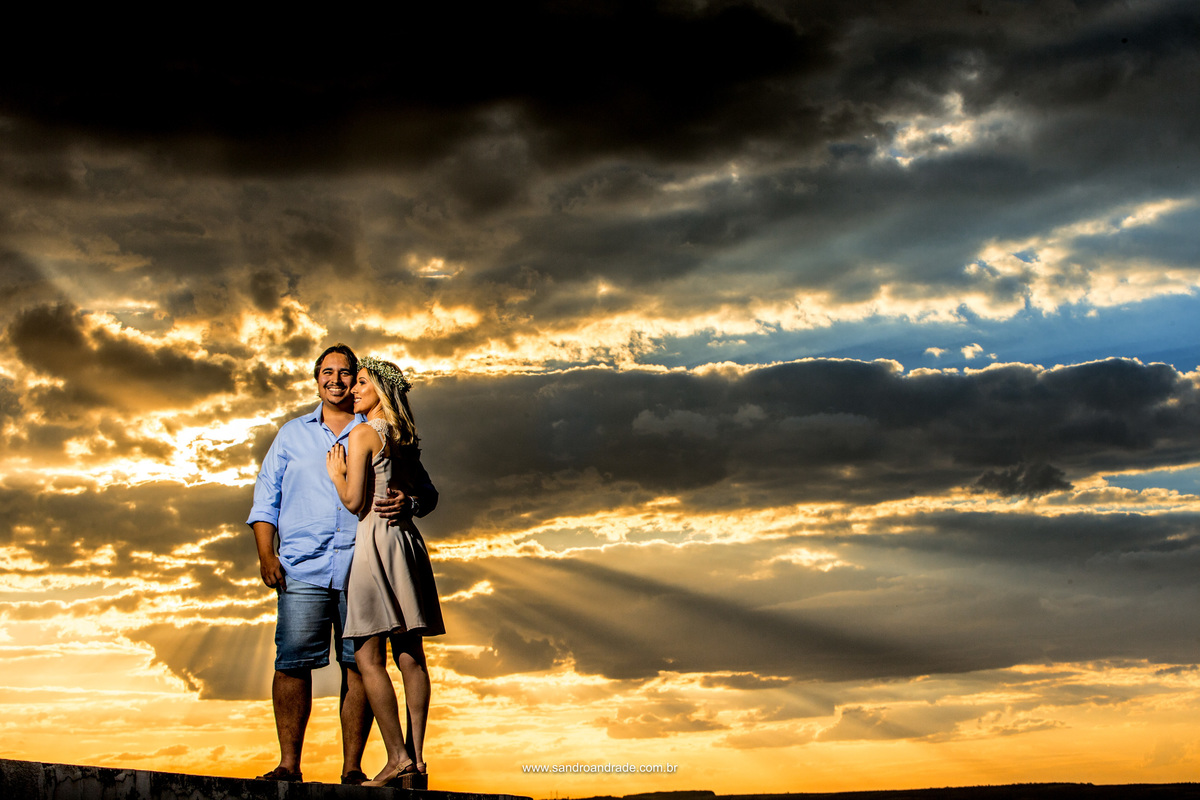 Simples e bonita esta fotografia traz um céu maravilhoso, um por-do-sol esplêndido e  um casal apaixonado.
