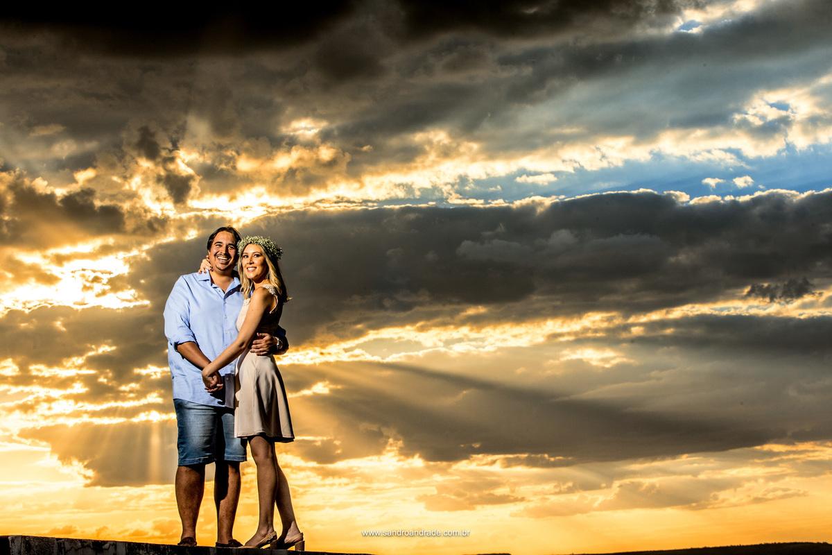 Com o mesmo por-do-sol os noivos apaixonados sorriem para as lentes de Sandro Andrade o mestre da luz.
