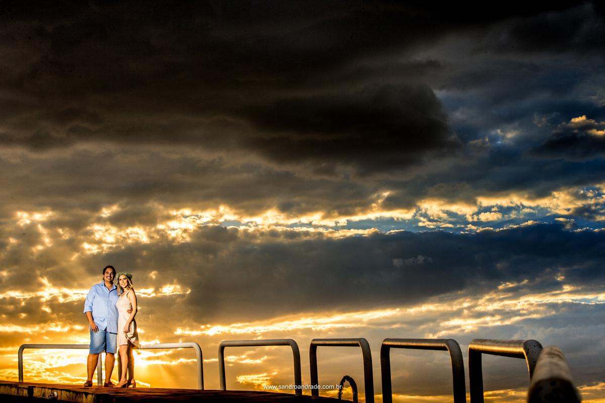 Na rampa do templo o casal se abraça e juntos sorriem.
