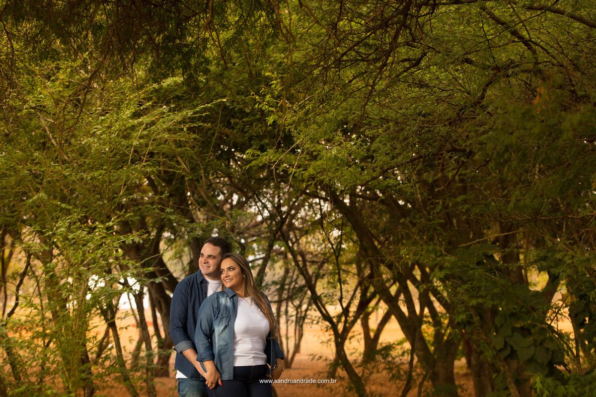 Gabi e Marcos escolheram fazer o ensaio deles no Plano Piloto, um lugar do cotidiano deles. No meio das arvores esta fotografia colorida com muito verde e um casal apaixonado.