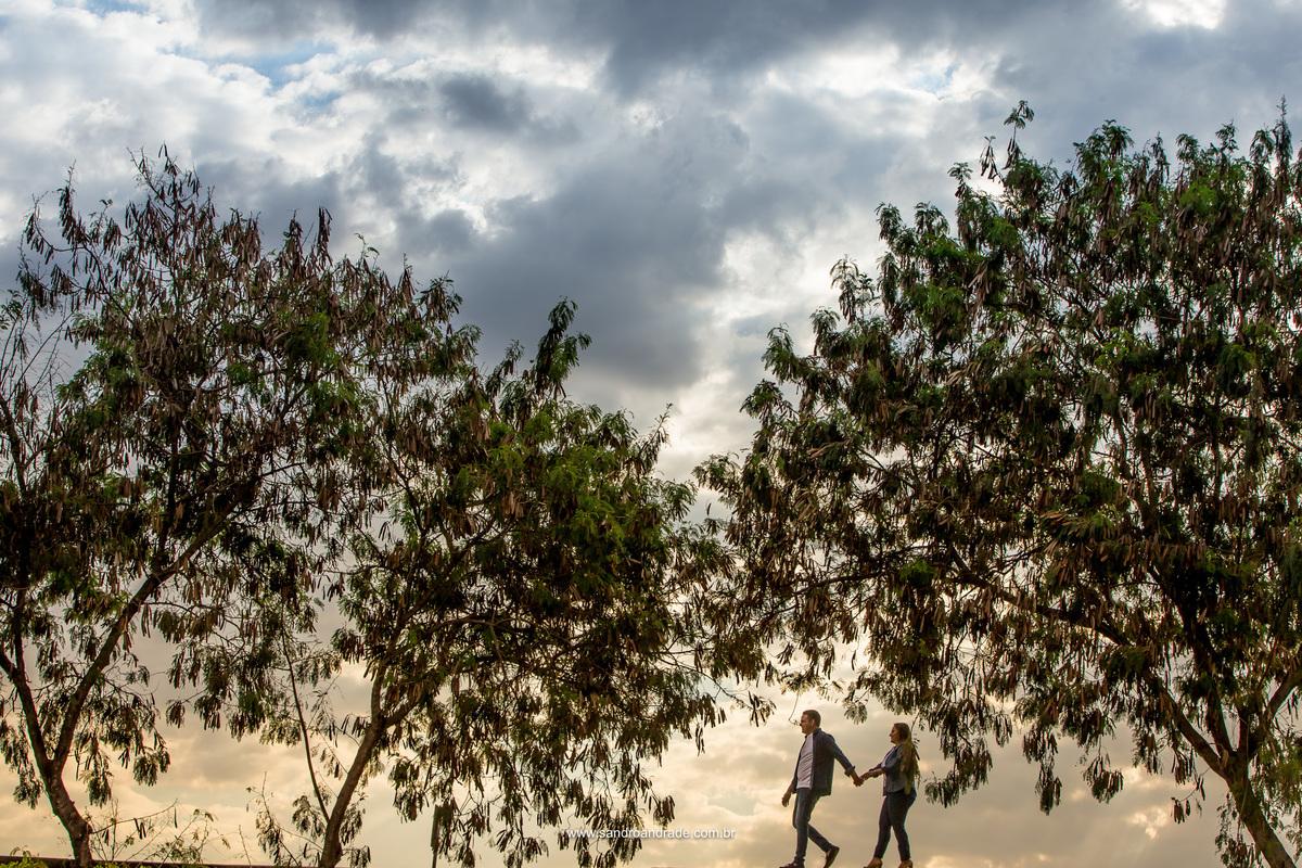 Panteão da Pátria de uma forma nunca vista, um angulo que ninguem diz que esta fotografia foi feita lá. Caminhando de mãos dadas eles seguem com um lindo céu azul entre duas arvores no lugar certo, compondo esta fotografia.