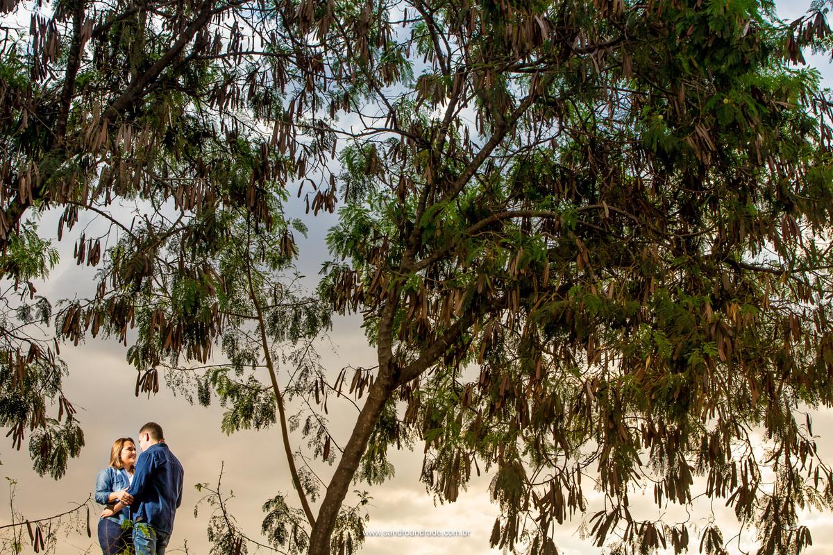 Um olhar apaixonado...fotografia minimalista com o casal no canto esquerdo da foto, fazendo uso da regra dos terços Sandro faz este belo click do casal, no mesmo local da foto anterior, mas parecendo ser outro lugar.