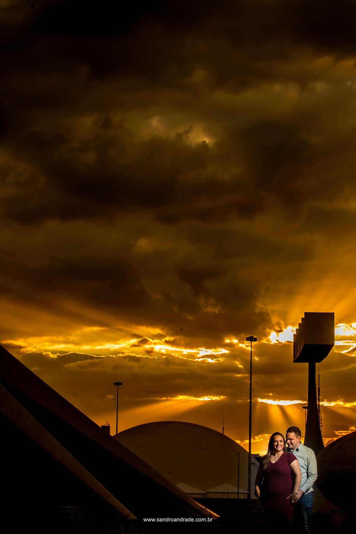 Ainda no por-do-sol eles sorriem e agradecem a Deus pelo céu maravilhoso contemplado nesta fotografia.