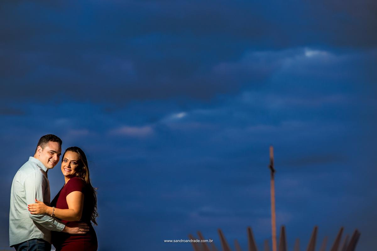 No topo do museu nacional, este belo casal olha para a fotografia e sorriem encantos com o resulta deste belo ensaio e a ansiedade as vesperas do casamento. No detalhe as pontas da Catedral no c[eu azul.