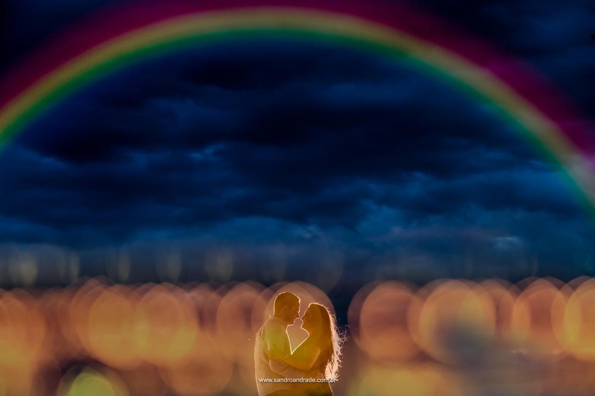 Wouuu...Fotografia cheia de tecnica e arte, Sandro Andrade arrasou neste click. O Casal agarradinho com um lindo c[eua azul ao fundo e usando um filtro Sandro criou um arco-iris e sobre o casal colocou vários bonquês.