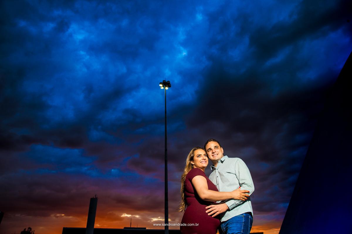 No mesmo local da fotografia anterior, com o mesmo céu, mas com o casal em destaque sorrindo e apaixonados.