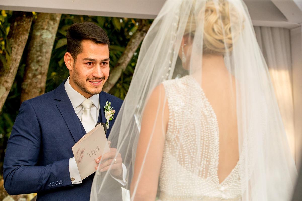 Marcos olha bem nos olhos de sua noiva, para lhe dizer as palavras escritas com amor.