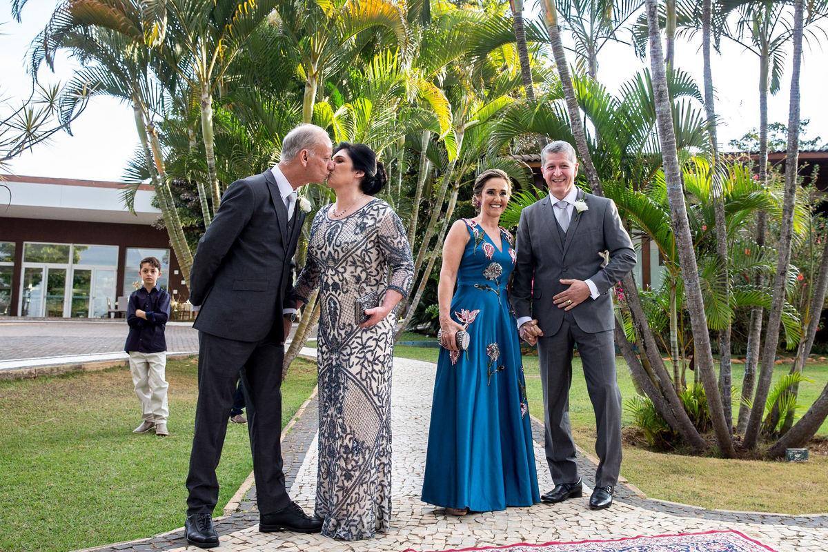 Ao chegar no local do casamento, a mãe da noiva recebe um beijinho do pai dela, romantismo após anos de casados.