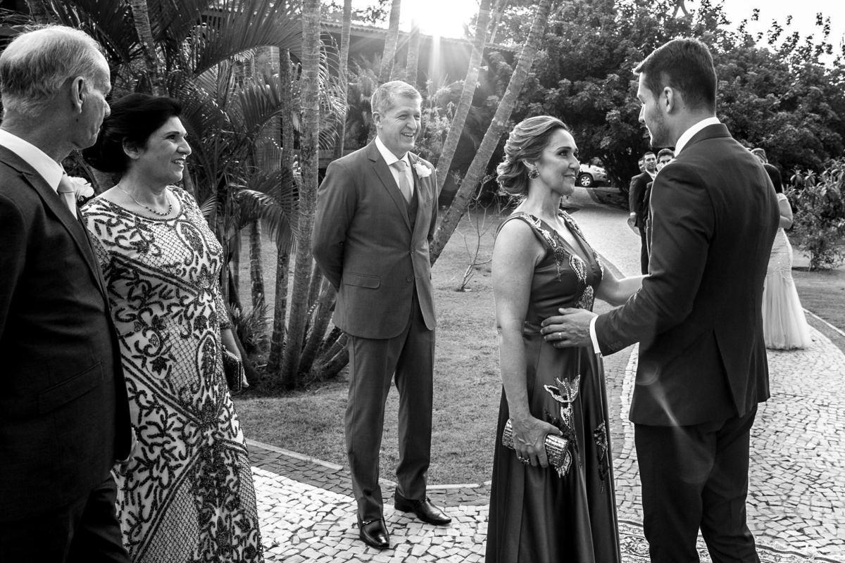 O noivo carinhosamente recebe sua mãe, a primeira mulher de sua vida.
