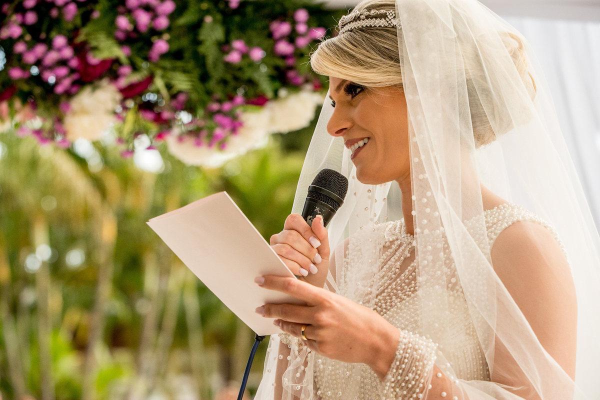 Com um olhar apaixonado a noiva se declara ao seu amado noivo.