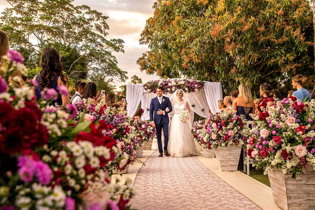Saída dos noivos, lindo momento, pura felicidade.
