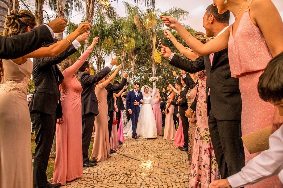Os padrinhos fizeram um corredor de sparkles para a saída dos noivos.