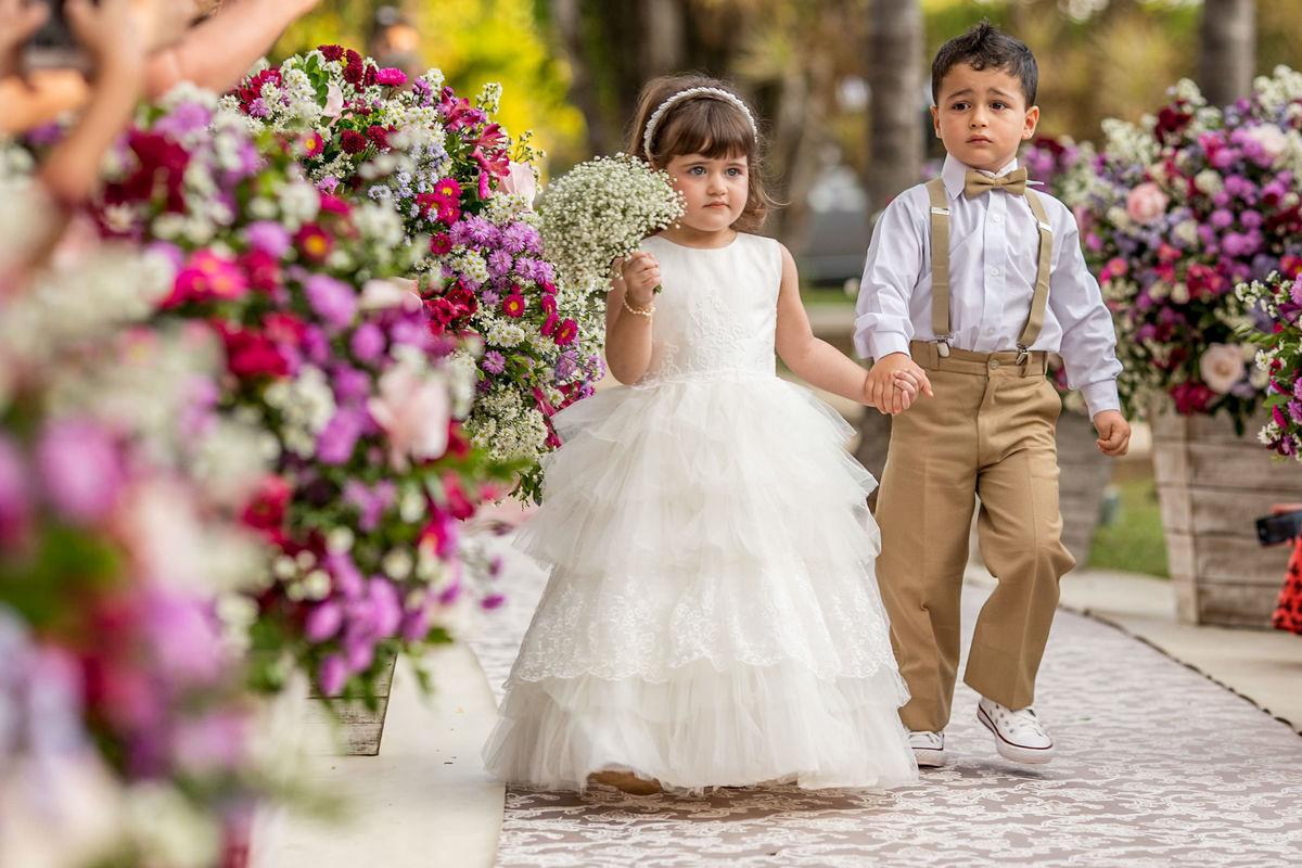 A parte mais fofa desse casamento, pausa para essa daminha linda entrando de mãos dadas com o pajem.