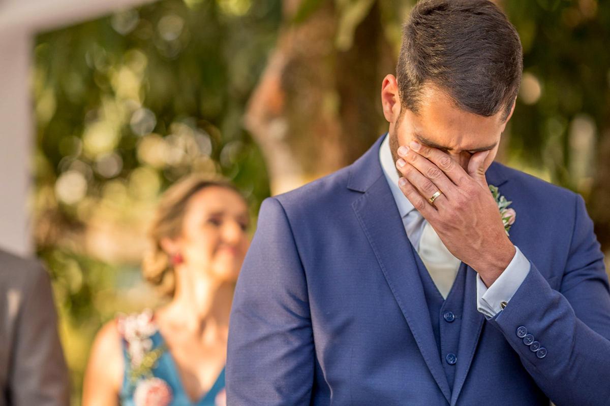 Retrato do noivo, ele se emociona com a entrada de sua amada noiva e futura esposa.
