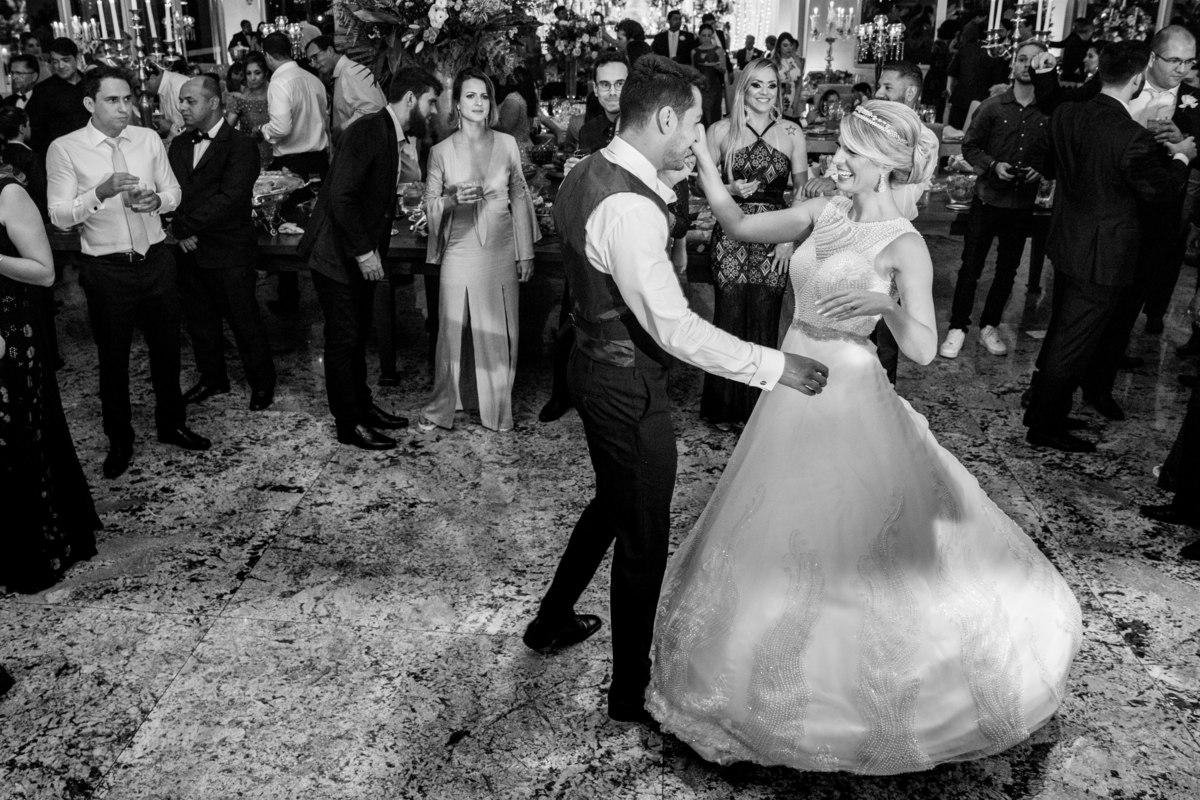 Marcos e Cecília arrasando na pista de dança, com a primeira dança do casal.