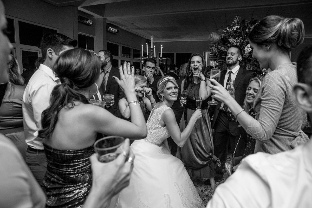 A noiva dançando até o chão no meio de suas amigas.