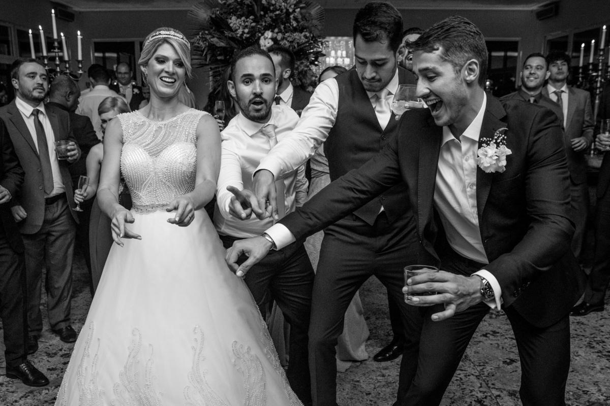 Curtindo a boate do casamento os noivos dançam em meio aos convidados.